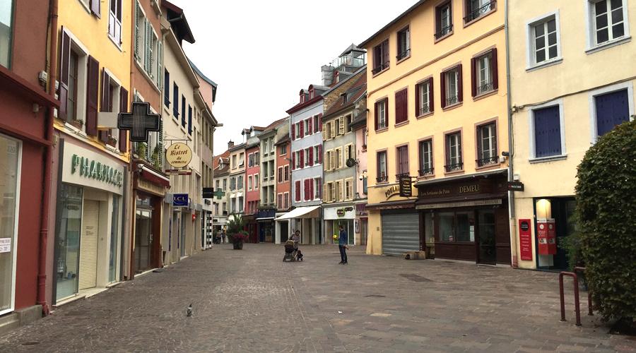 rue-pietonne-magasins-ferme